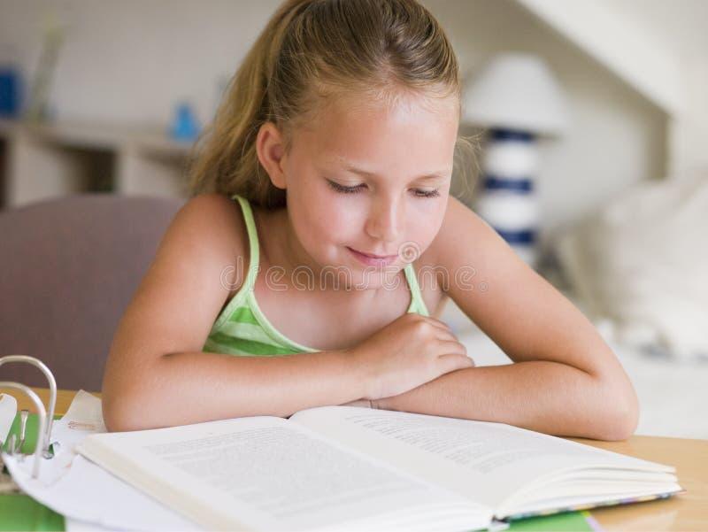 zrobić jej prac domowych young obraz stock