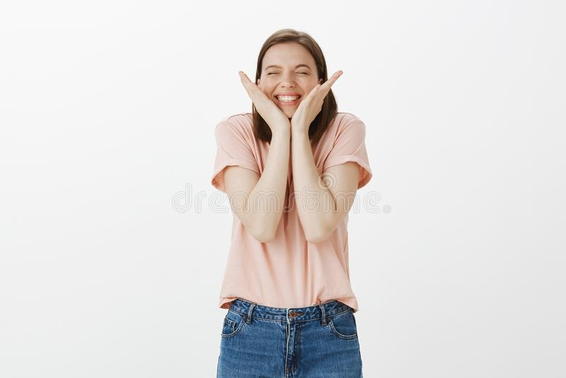 Zrobił ja propozycji Z podnieceniem radosny śliczny żeński przyjaciel w modnym odziewa, dotykający twarz z palmami i ono uśmiecha obraz stock