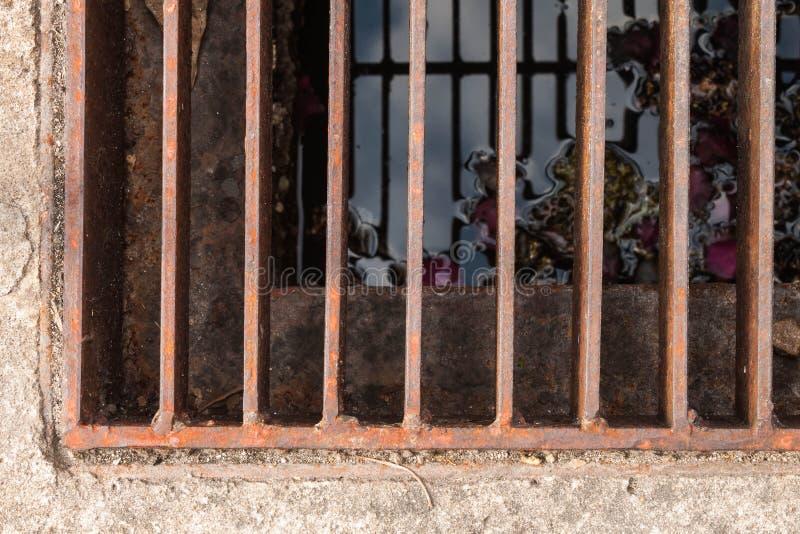 Zrudziała stalowa drażniąca kanalizacyjna brama obrazy royalty free
