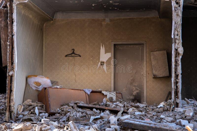 Zrujnowany w czasie trzęsienia ziemi stary zniszczony dom - zrujnowana ściana niebezpiecznego domu, zapomniane rzeczy obrazy stock