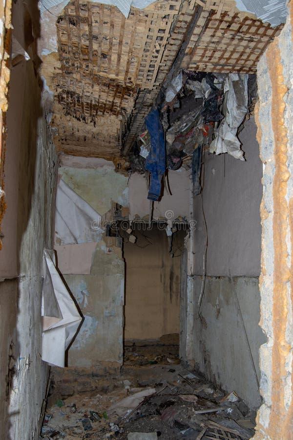 Zrujnowany w czasie trzęsienia ziemi stary zniszczony dom - zrujnowana ściana niebezpiecznego domu, zapomniane rzeczy, rama piono obrazy stock