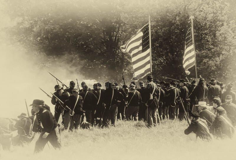 Zrzeszeniowi piechoty linii ogienie na posuwanie konfederatach zdjęcia stock