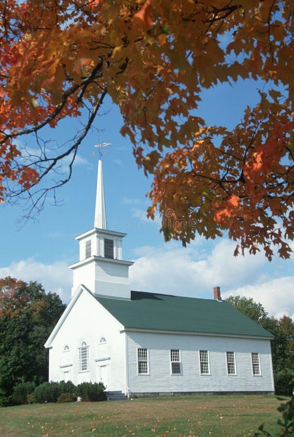 Zrzeszeniowy spotkanie dom w jesieni na Scenicznej trasie 100, Stowe, Tuszuje wydrążenie, Vermont zdjęcia stock