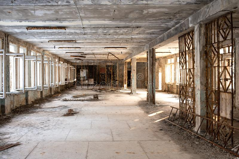Zrzucona i zniszczona szkoła w Pripyat po Chernobyl wypadku w Ukraina w 1986 obrazy stock
