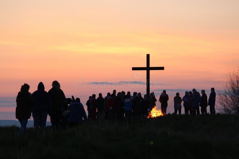 Zu dem Kreuz für Dawn Communion kommen, Ostern stockbild