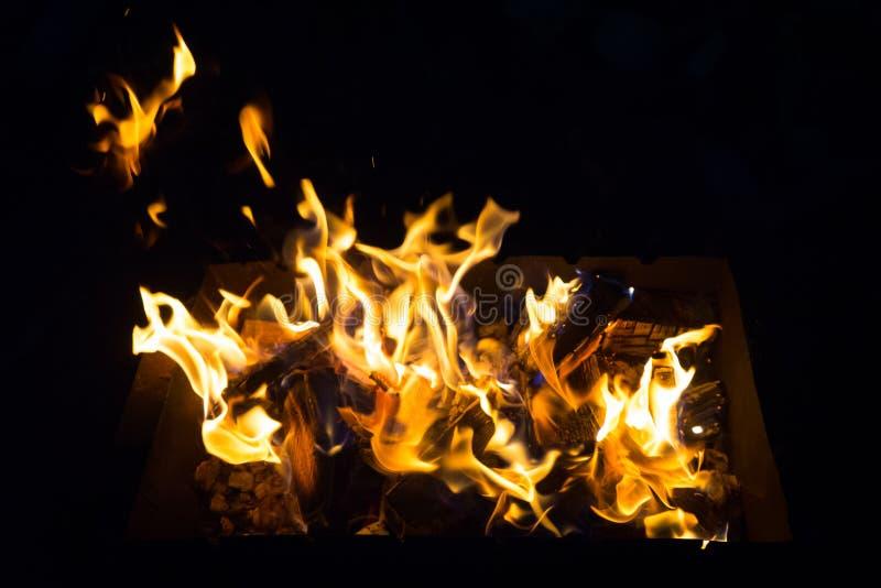 Zu die Grillnacht für das Grillen der Aufsteckspindeln anzünden stockfotos