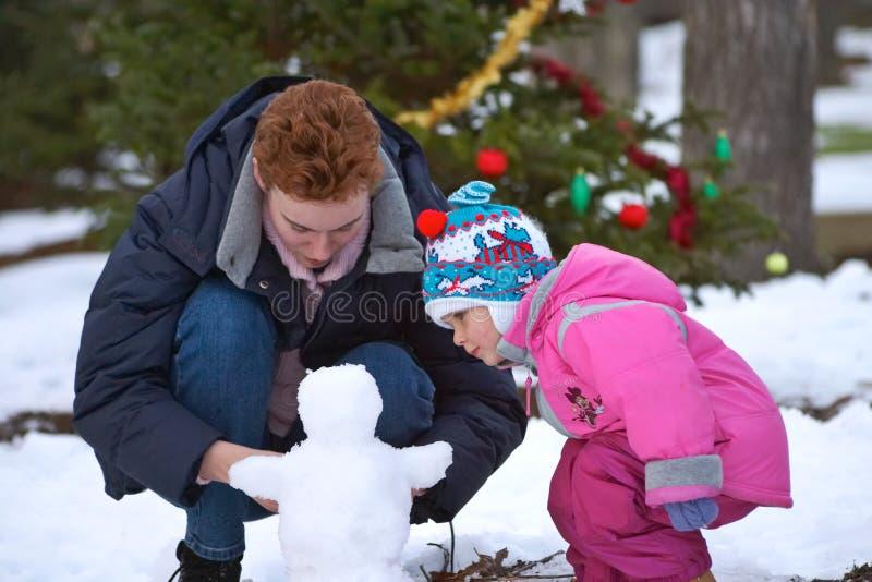Zu einen Schneemann aufbauen stockbild
