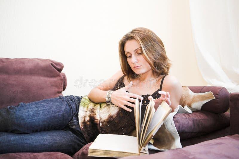 Zu Hause lesen lizenzfreie stockfotografie