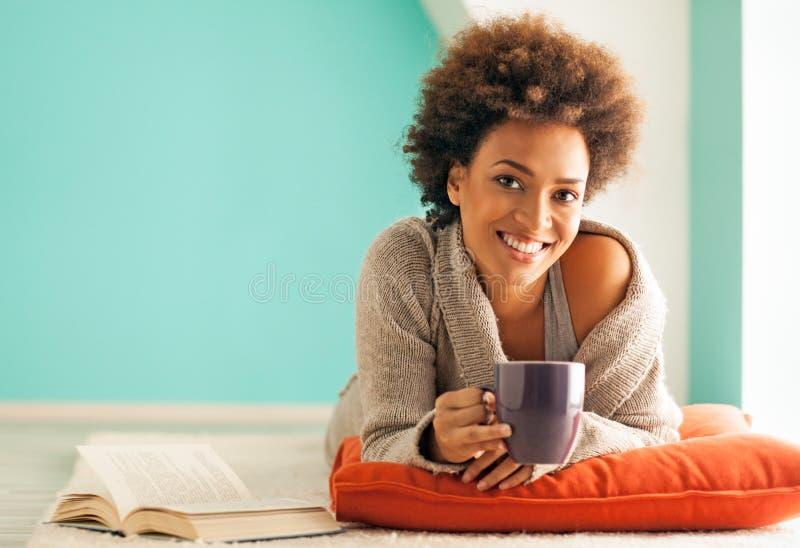 Zu Hause sich entspannen lizenzfreie stockbilder