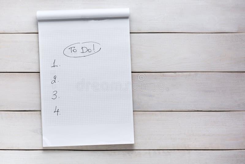 Zu Liste auf weißem hölzernem Hintergrund tun, Draufsicht Notiz-Planungs-Strategie-Prozess-Ideen-Konzept lizenzfreie stockfotos