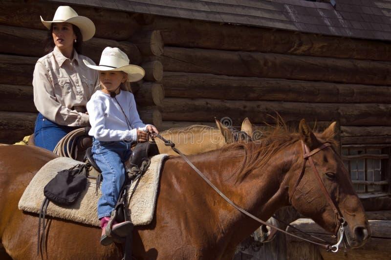 Zu Pferde Mutter und Tochter lizenzfreie stockbilder