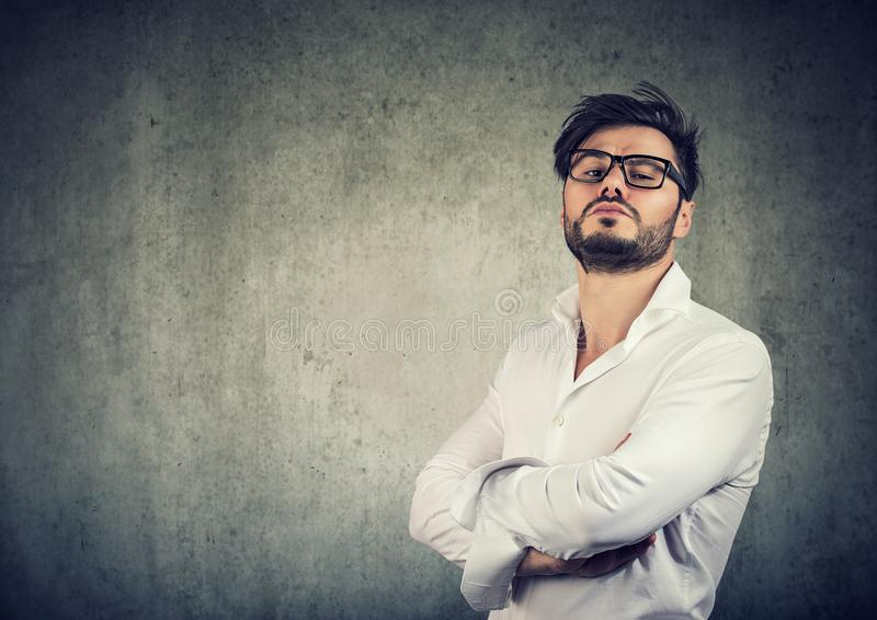 Zu selbstsicher stilvoller Mann in den Gläsern lizenzfreies stockbild