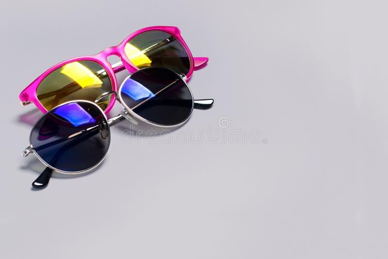 Zu stilvolle moderne Sonnenbrille lokalisiert auf einem grauen Hintergrund Das Konzept des stilvollen Plakats, Fahne stockfotos