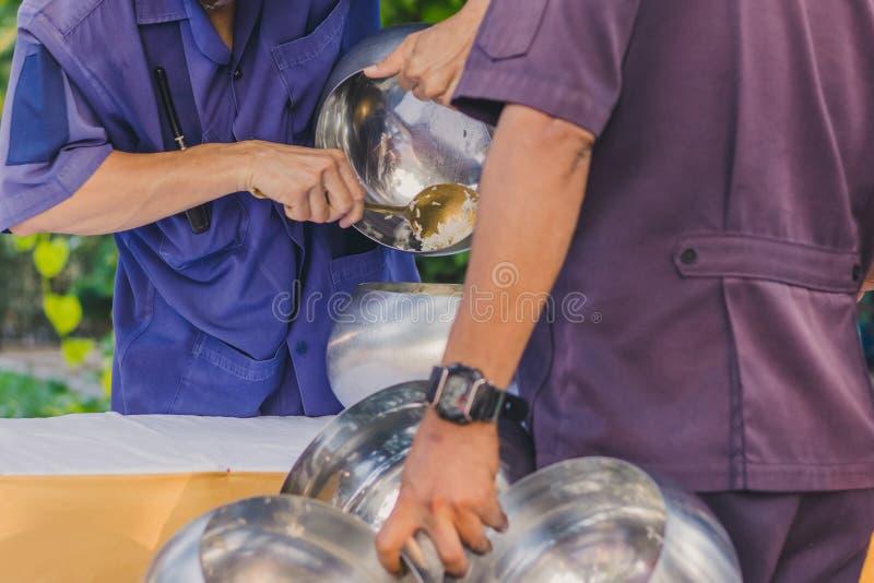 Zu Verdienst durch das Angebot des Lebensmittels Mönchzeremonie in der thailändischen Hochzeit machen lizenzfreies stockbild