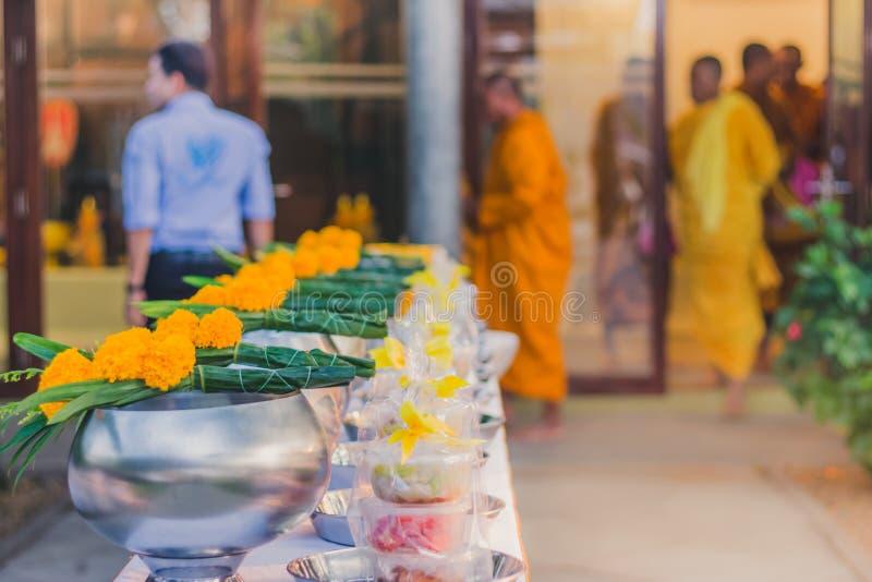 Zu Verdienst durch das Angebot des Lebensmittels Mönchzeremonie in der thailändischen Hochzeit machen stockfotografie