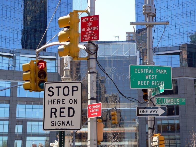 Zu viele kennzeichnet innen New York City stockbilder