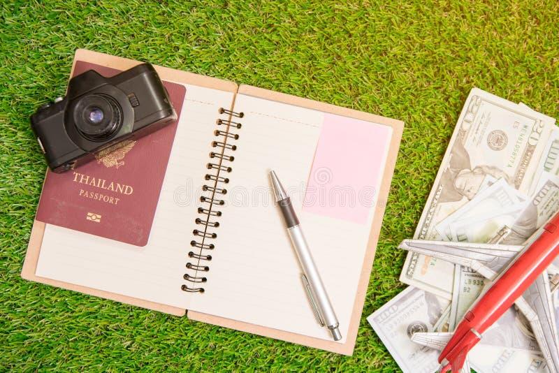 Zubehör für Reise Pass, Kamera, US-Dollar Banknote lizenzfreies stockbild