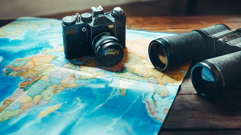 Zubehör für Reise Weinlese-Film-Kamera, Karte und Ferngläser auf Holztisch, Front View Abenteuerreisen-Pfadfinder Journey Concep lizenzfreie stockbilder
