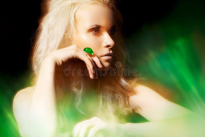 Zubehör, Schmucksachen. Reiche Frau mit großem Juwelring lizenzfreie stockfotos