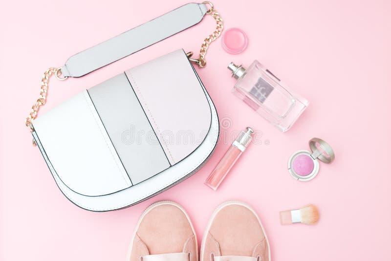 Zubehör und Kosmetik der rosa Farbe auf einem rosa Hintergrund PA lizenzfreie stockfotos