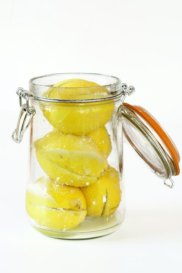 Zubereitung der konservierten Zitronen lizenzfreie stockfotos