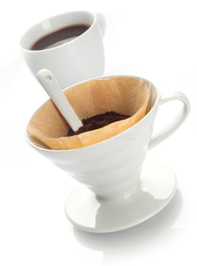 Zubereitung des Filterkaffees mit einem tragbaren Filter lizenzfreie stockfotos