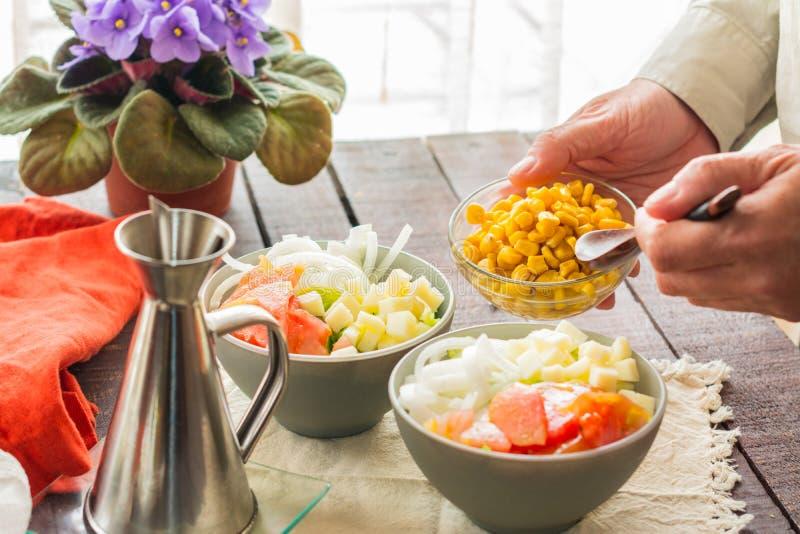 Zubereitung des gesunden Gem?sesalats in zwei Sch?sseln stockbilder
