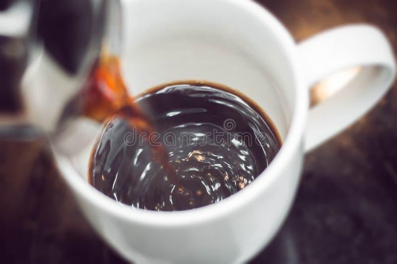 Zubereitung des Morgenkaffees als der beste Anfang zum Tag lizenzfreie stockfotos