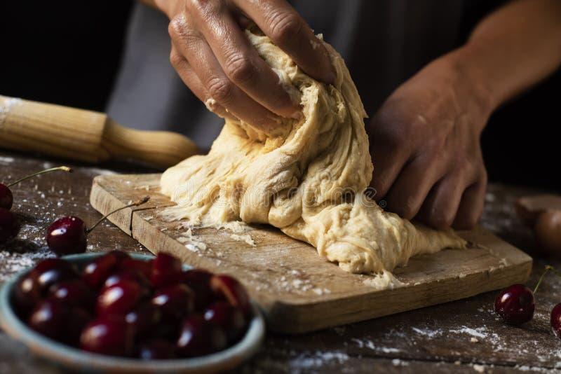 Zubereitung einer Koka de Cireres, ein Kirschflacher Kuchen lizenzfreie stockfotos