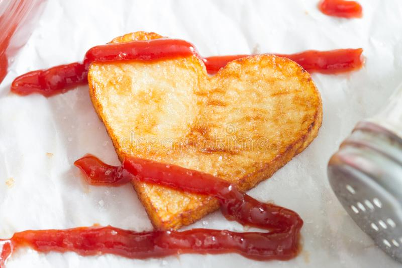 Zubereitung einer Nahrung für Valentinstagzusammenfassungsliebeskonzepthexenpommes-friteschip-Herzform stockbild