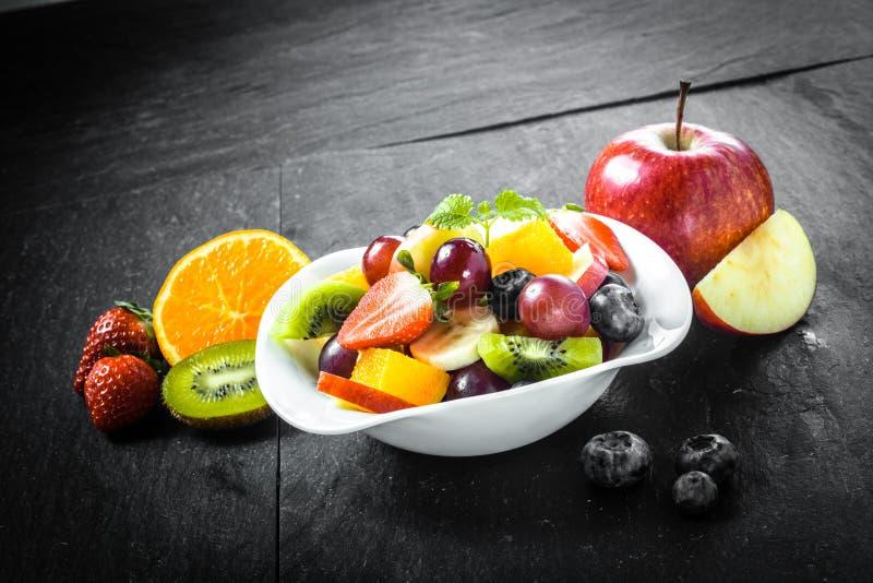 Zubereitung eines köstlichen frischen Obstsalats stockfoto