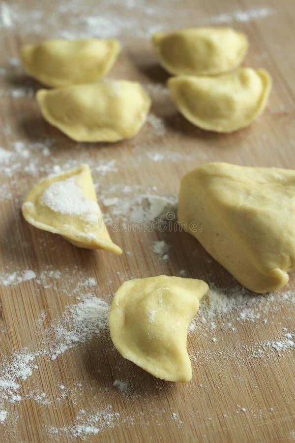 Zubereitung Mehlklöße - rohe Mehlklöße stockfotos