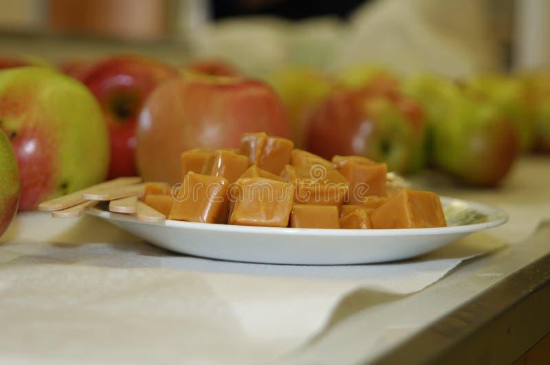 Zubereitung von Karamell-Äpfeln lizenzfreie stockbilder