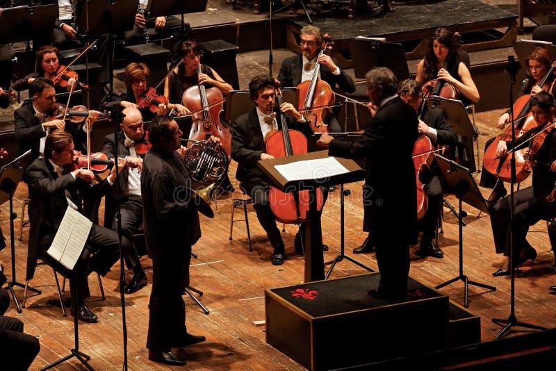 Zubin Mehta que conduz a orquestra do Musicale de Maggio fotografia de stock royalty free