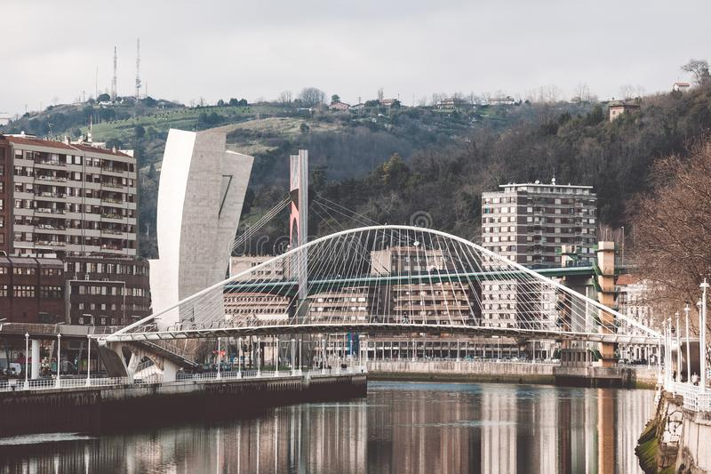 Zubizuri den Campo Volantin bron, Bilbao, Spanien royaltyfri foto