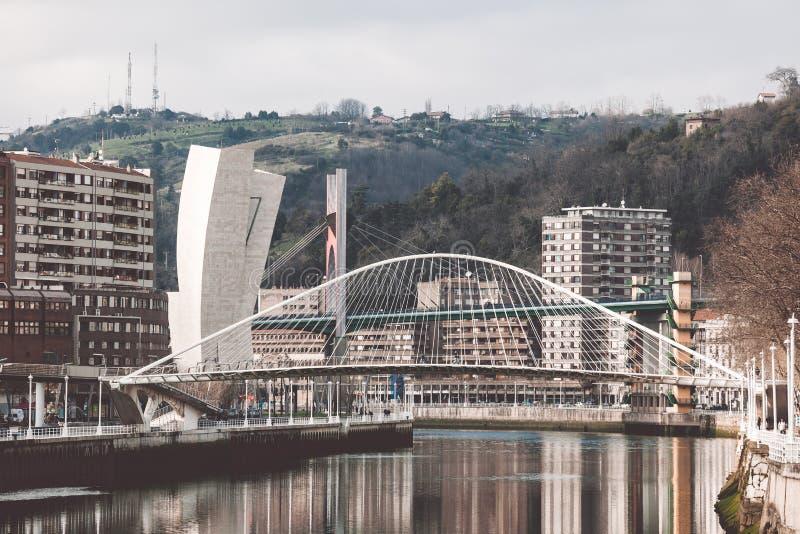 Zubizuri, il ponte di Volantin del campo, Bilbao, Spagna fotografia stock libera da diritti