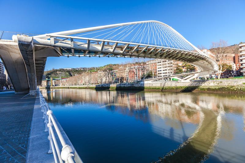 Zubizuri, le pont de Campo Volantin, Bilbao, Espagne photos libres de droits