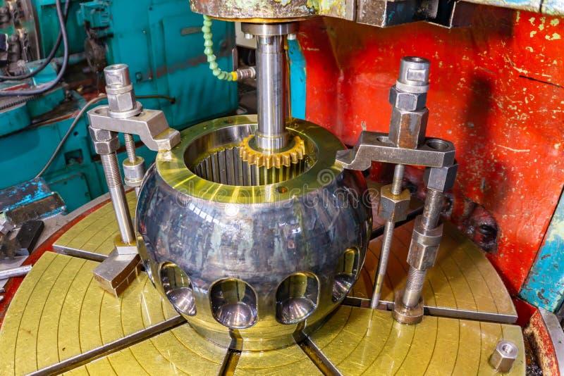 Zuborezka, Schnitt der Schlitze im Lebenslauf-Gelenk der Ritzelwelle mit der Ölkühlung und Schmierung stockbild
