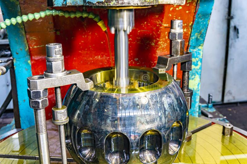 Zuborezka, Schnitt der Schlitze im Lebenslauf-Gelenk der Ritzelwelle mit der Ölkühlung und Schmierung stockfoto