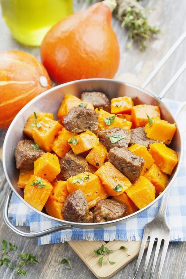Zucca al forno con carne immagini stock