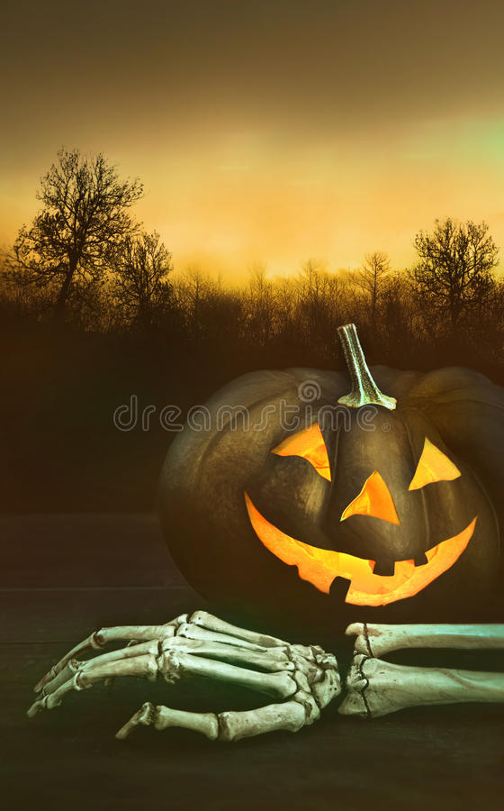 Zucca con la mano di scheletro immagini stock libere da diritti
