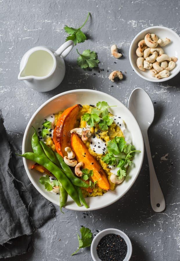 Zucca dhal Minestra indiana tradizionale delle leguminose Concetto vegetariano sano dell'alimento su un fondo grigio fotografie stock