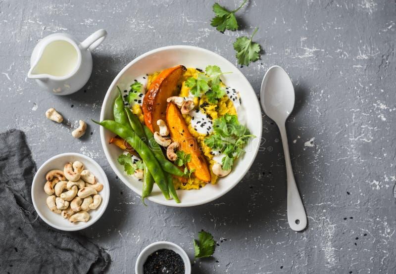 Zucca dhal Minestra indiana tradizionale delle leguminose Concetto vegetariano sano dell'alimento su un fondo grigio fotografia stock libera da diritti