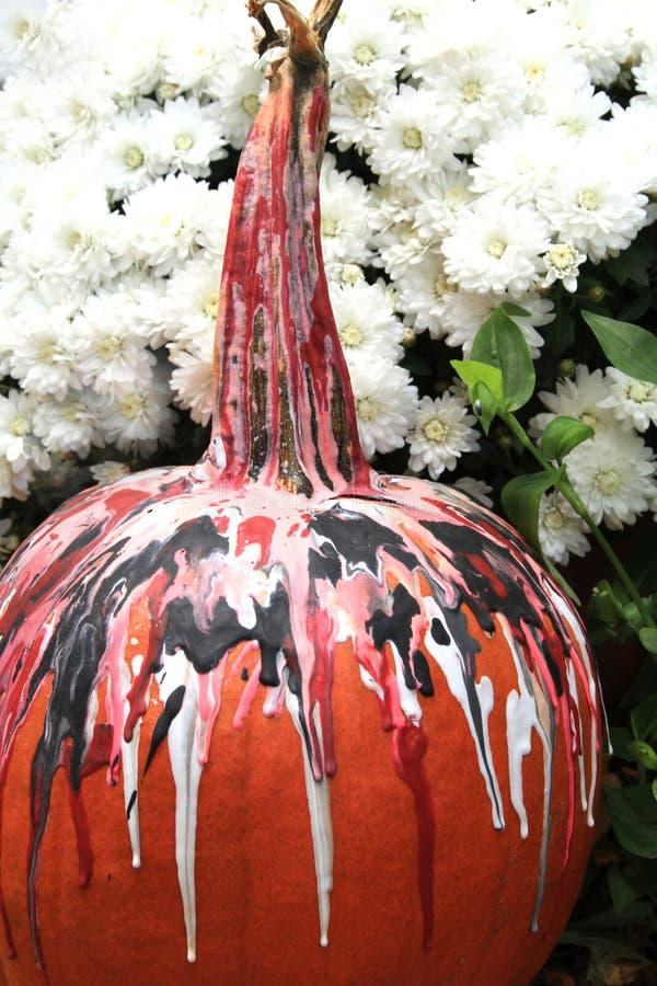 Zucca di caduta decorata per Halloween vicino alle mummie immagine stock