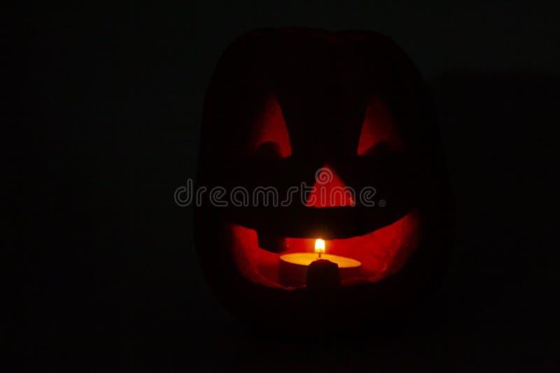 Zucca di Halloween con il fronte spaventoso e le candele brucianti fotografia stock