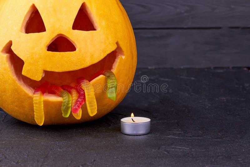Zucca di Halloween con la candela su fondo scuro fotografia stock