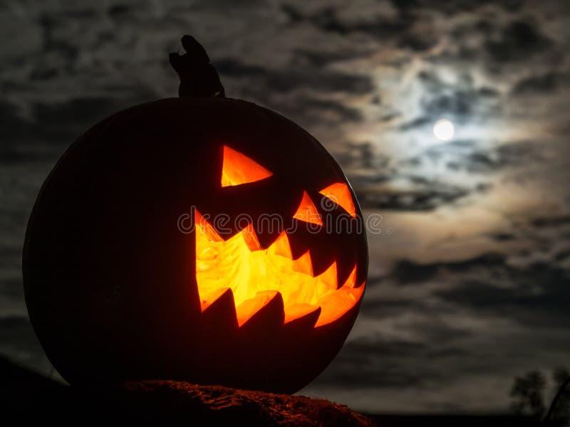 Zucca di Halloween e la luna piena fotografia stock