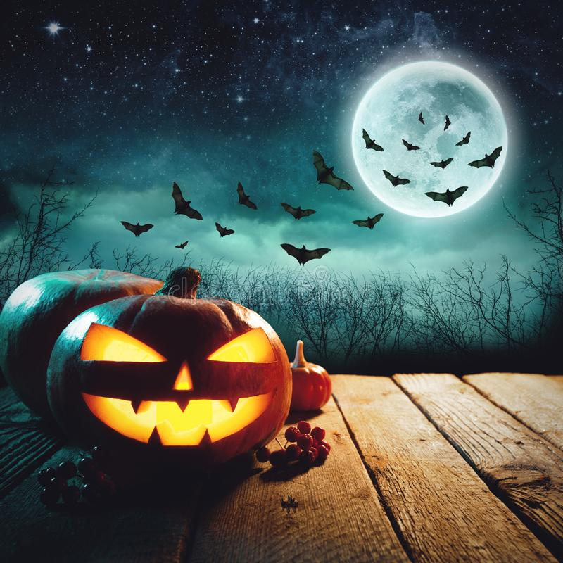 Zucca di Halloween in Forest Halloween Background scuro fotografia stock