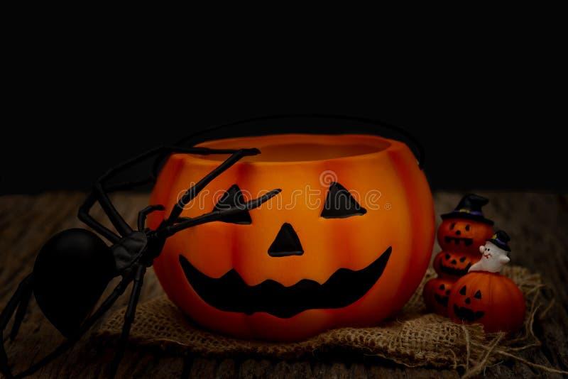Zucca di Halloween di natura morta su fondo nero Concetto scuro di Halloween immagine stock libera da diritti