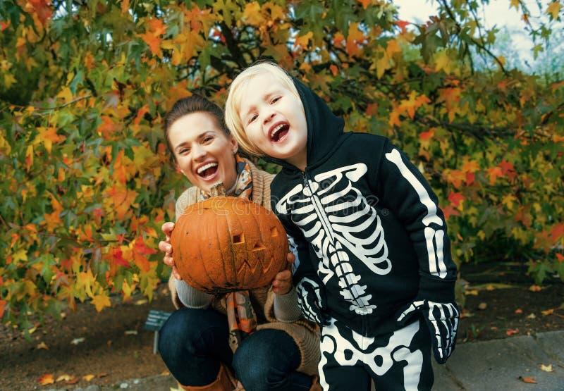 Zucca di Halloween scolpita rappresentazione del bambino e della madre fotografia stock libera da diritti